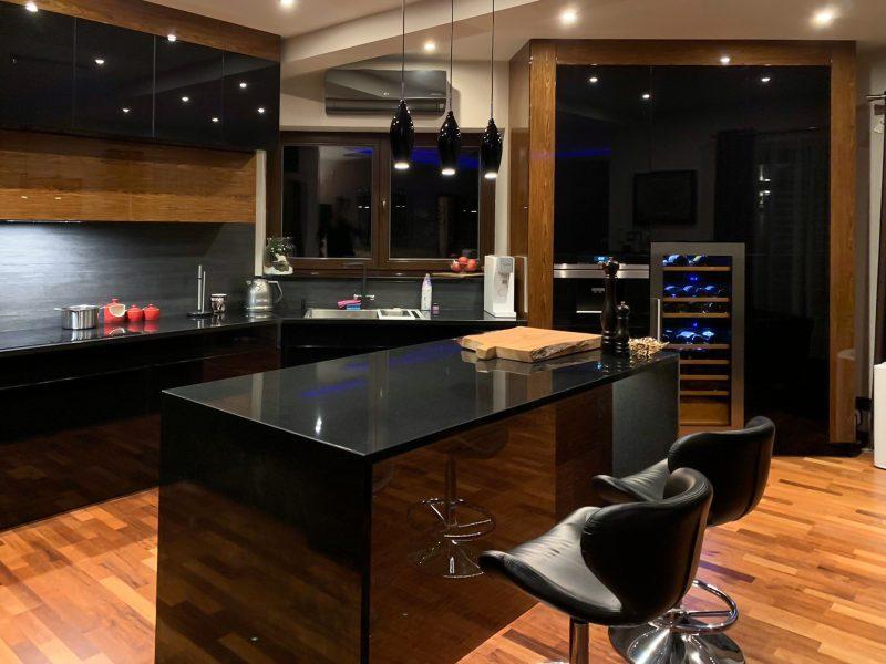 Kuchnia Luksusowa w ciemnych kolorach z drewnianymi dodatkami